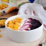 Płatki kukurydziane pełnoziarniste z musem owocowym i jogurtem waniliowym