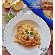 Makaron spaghetti ze smażonymi jabłkami i płatkami migdałowymi.