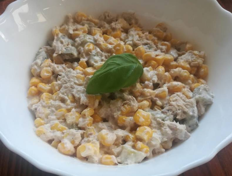 sałatka z kukurydzą i tuńczykiem