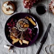 Polędwica z dzika z sosie winnym z quinoą, truflami, boczniakami królewskimi i sałatką z marynowanych buraczków