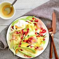Sałatka awokado, szynka parmeńska, jajko i granat w sosie miodowo- musztardowym