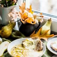 Zupa z pieczonych porów i cukinii, z grzankami z gruszką i camembertem