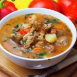 Zupa gulaszowa z kurkami