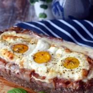 Pieczeń z mięsa mielonego z serem, boczkiem i jajkami
