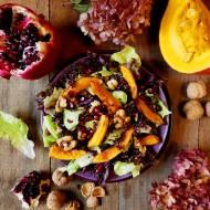 Sałatka z pieczoną dynią, orzechami włoskimi, granatem i czerwoną quinoą