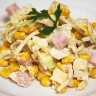 Sałatka z marynowanego selera z ananasem, kukurydzą, szynką konserwową