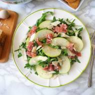 Sałatka z rukolą, jabłkiem, szynką parmeńską i parmezanem (Insalata di rucola con prosciutto crudo, mele verdi e parmigiano)