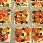 Pizzerinki ze szpinakowym pesto, pomidorami, mozzarellą i oliwkami