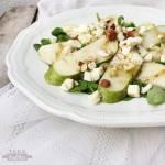 Sałatka z gruszką, serem pleśniowym i miodowym dressingiem