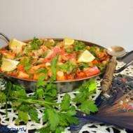 Paella z pomidorami i mieszanką morską