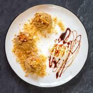 Dekonstrukcja Rogala Marcińskiego: białe makówki, karmelowa tafla z orzechami, ciastko sablé, pomarańczowa bita śmietana, karob