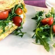 Omlet z rukolą, mozzarellą i pomidorkami