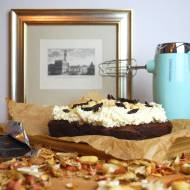 Brownie z suszonymi śliwkami i kremem arachidowym