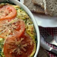 Pieczony omlet ze szpinakiem i pomidorami