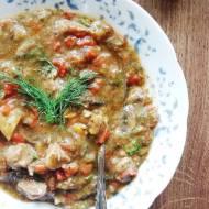 Gulasz mięsny z papryką, grzybami i kiszonymi ogórkami