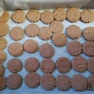 Ciastka czekoladowe przekładane masą budyniową -są z migdałami i kokosem