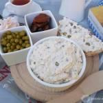 Pasta z sera białego, groszku i suszonych pomidorów.