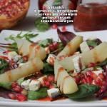 Sałatka z gruszką, granatem i serem pleśniowym polana sosem truskawkowym