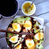 Sałatka z panierowanymi w płatkach kukurydzianych jajkami, marynowaną w herbacie dynią i soczewicą czerwoną