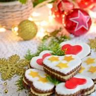 Świąteczne pierniczki z marcepanem i konfiturą truskawkową
