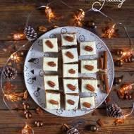 Ciasto marchewkowe z białą polewą i orzechami pekan