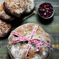 Szwedzki chleb świąteczny z czerwoną borówką