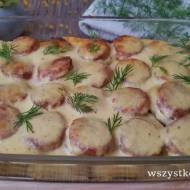 Zapiekanka ziemniaczana z białą kiełbasą i sosem chrzanowym