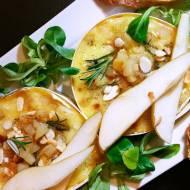 Pieczony normandzki camembert z gruszką, miodem i migdałami