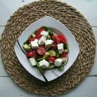 Sałatka z cukinią, serem feta i pomidorkami