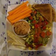 Sałatka z szynką szwarcwaldzką, dipem z suszonych pomidorów i przekąską – kompletna dietetyczna kolacja