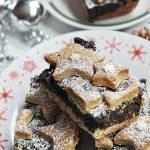 Świąteczny makowiec z kruchymi gwiazdkami i cukrem pudrem.