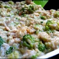 Ryż z kurczakiem w sosie serowym i brokułami