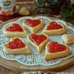 Francuskie ciasteczka z budyniem i dżemem truskawkowym
