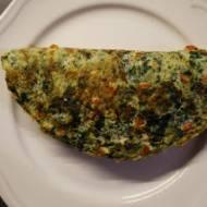 Omlet szpinakowy z wędzonym pstrągiem i fetą