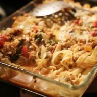 Zapiekanka makaronowa z mięsem, serem i warzywami