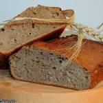 Chleb na dzikich drożdżach z jabłek, mirabelek i rozmarynu