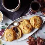 """Bezglutenowe truskawkowe bułki """"chmurki"""" z pastą tahini, dżemem truskawkowym i ekspandowaną quinoą"""