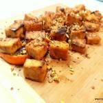 Korzenne tofu serwowane na pomarańczy, z prażonymi kasztanami i pyłkiem kwiatowym