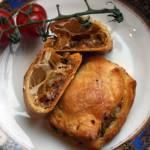 Pierożki z ciasta francuskiego z czerwonym pesto