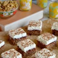 Ciasto orzechowe z karmelizowanymi śliwkami i śmietaną