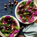 Kolorowa sałatka z czerwonej kapusty pekińskiej i portulaki zimowej z czarną quinoą i szynką z jelenia