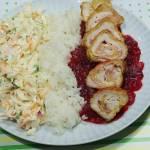Roladki z kurczaka z szynką i serem na sosie żurawinowym