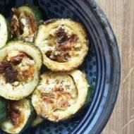 Krążki cukinii faszerowane twarogiem, oliwkami i suszonymi pomidorami