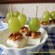 Koreczki z sera pleśniowego z orzechami i winogronem