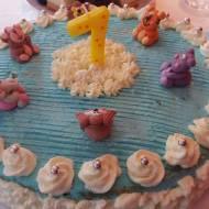 Tort śmietankowy z mascarpone i dżemem tuskawkowym