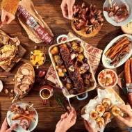 Karnawałowe szaleństwo z kiełbasą w roli głównej – pomysły na dania, które skradną serca gości