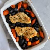 Kurczak pieczony z fioletowymi ziemniakami, marchewką i świeżym tymiankiem