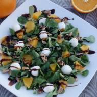 Sałatka z mozzarellą, pomarańczą i prażonymi orzechami