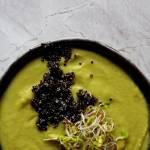 Zupa krem z kalafiora romanesco i parmezanu z czarną quinoą i kiełkami rzodkiewki