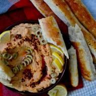Hummus z oliwkami i suszonymi pomidorami oraz domowe bagietki